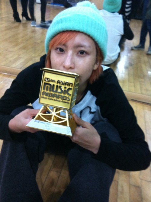 110107 Jia's Twitter  오호~~우리 화영언니!!!!!!!!!완전 대박이다!!!!!언니~~~~축하축하요~~~~~我爱你~~~~xin ku le~^^ OhHo~~Our Hwayoung-unnie!!!!!!!!!Completely daebak!!!!!Unnie~~~~Congratulations~~~~~ 我爱你~~~~xin ku le~^^  JYPE choreographer kim hwayoung (: she got the MAMA for best choreographer