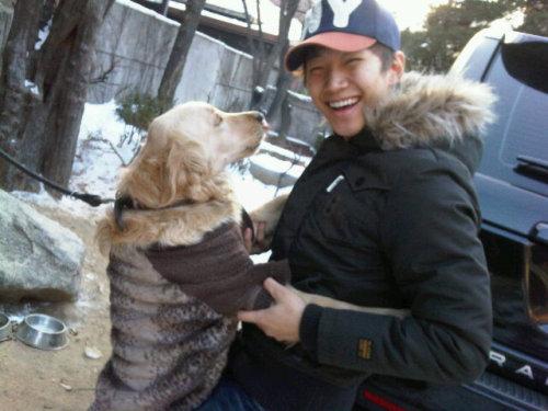 110110 Khun's Twitter  @dlwnsghek준호야~ 어쩜이렇게 강아지보다 귀엽니??? ㅋㅋㅋㅋ^^ 여러분! 이것이 팬서비스입니다~ 준호몰래! 쉬~~ @dlwnsghekJunho-ya~ How are you so much cuter than the dog??? kekekeke^^ Everyone! This is fan service~ Behind Junho's back! Shh~~