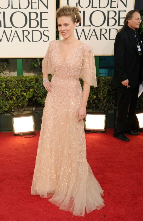 Scarlett Johanssen's dress is pure 1930s old hollywood glamor, but her hair is a different story.