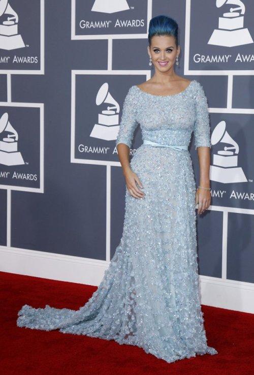 Katy Perry: hermoso vestido azul celeste combinado con el color de su cabello.