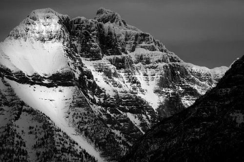 Asoma la luz a través de las nubes cerca del Monte.  Cannon en el Parque Nacional Glacier.  Glaciar es conocida por sus bosques vírgenes, praderas alpinas, montañas escarpadas y lagos espectaculares.  Con más de 700 millas de senderos, el glaciar es un paraíso para los amantes del senderismo para los visitantes aventureros que buscan desierto y la soledad.  Revive los días de la antigüedad a través de chalets, casas de campo históricas, el transporte, y las historias de nativos Americans.Photo: Servicio de Parques Nacionales