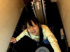 【近親相姦レイプ】自宅のトイレでロリ可愛い妹をレイプしてその様子を盗撮