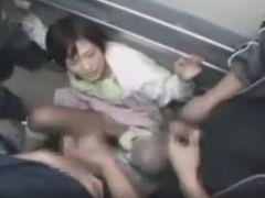 レイパーが待ち伏せしていたすし詰めのエレベーターでぶっかけレイプされてしまう女子校生
