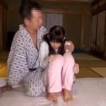 怯えるツインテール小●生を温泉宿に連れ込んで調教レイプしてる動画がこちらですwwww