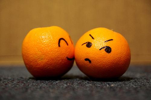 برتقال مرسوم عليه