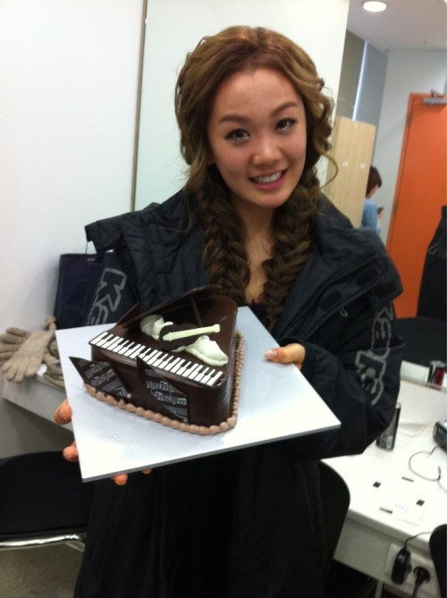 110108 Joo's Twitter  음악중심까지 응원하러 와준 지아..페이 언니..고마워잉~~^^예쁜케익까지…꺄 ^^ Came to support me at Music Core Jia..Fei Unnie..Thank youu~~^^With a pretty cake, too…kya ^^  view in high-res (: