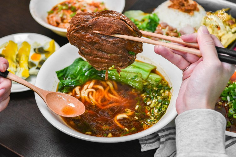 大塊牛肉麵北平店:台中北屯區美食-跟牛排一樣厚的平價牛肉麵,有五種麵條可以自由搭配!