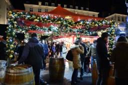 La tente de convivialité réjouit les consommateurs de vin chaud