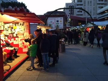 Les allées noire de monde du marché de noël de Rennes