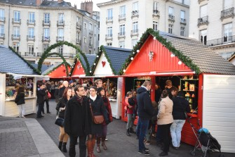 Les chalets balnc et rouge colorent la place royale