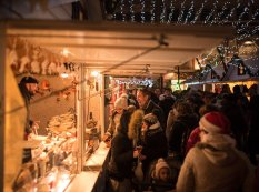 Passants devant les chalets du marché de Noël de Rouen