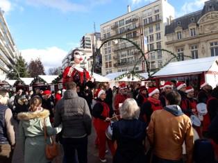 Fanfare et passants sur le marché de Noël du Mans