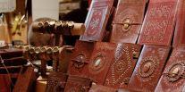 Articles en cuir sur le marché de Noël de Rouen
