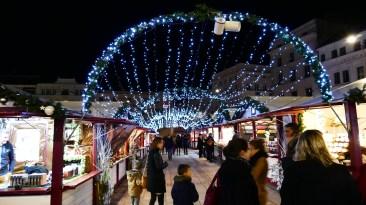 Illuminations entre les chalets du Marché de Noël du Mans
