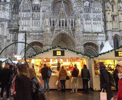 Passants et chalets du marché de Noël de Rouen devant la Cathédrale