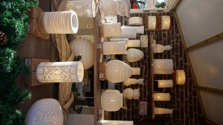 Chalet vendant des luminaires en porcelaine sur le marché de Noël de Nantes