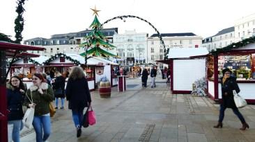 Passants se promenant sur le marché de Noël du Mans