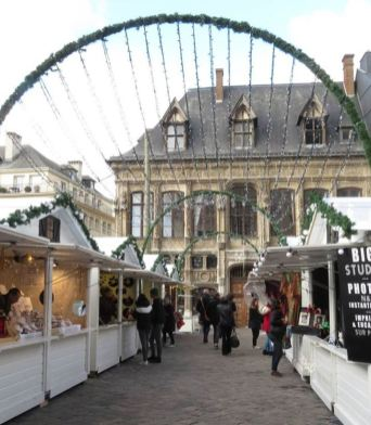 Allée de chalets du marché de Noël de Rouen