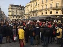 Passants réunis devant le fanfare du Marché de Noël d'Angers