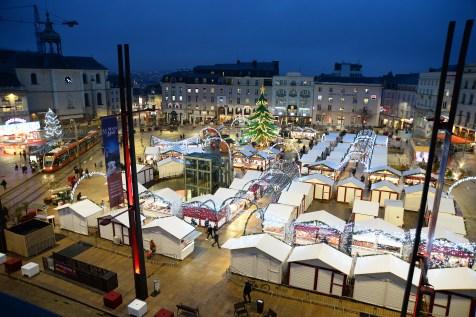 Place de la République pendant le marché de Noël du Mans