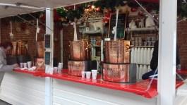 Vin chaud dans les chalets du marché de Noël de Rennes