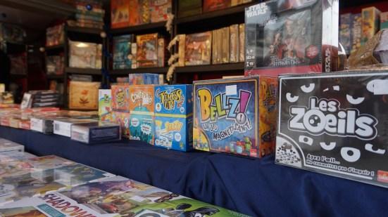 Chalet vendant des jeux de société sur le marché de noël