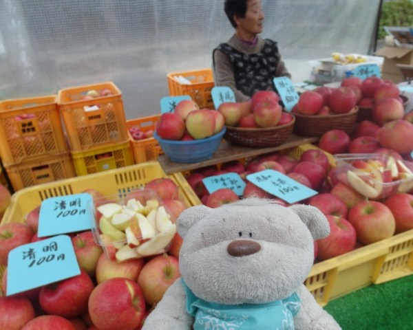 Bright Red Apples @ Jinya-Mae Morning Market (陣屋前朝市) Takayama