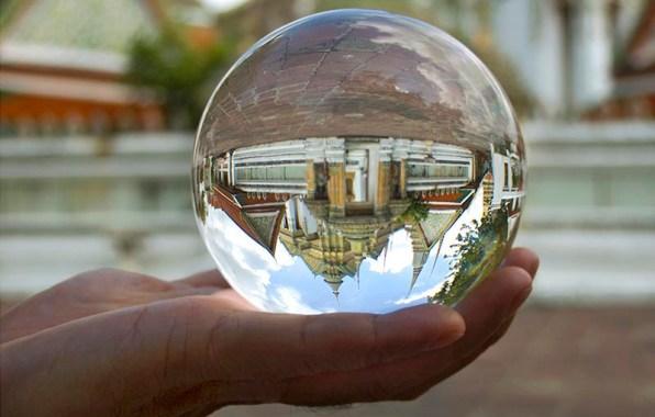 Het buitencomplex van Wat Po gezien door een glazen bol.