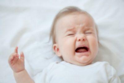 【悲報】必死で赤ちゃん育てる若夫婦 ご近所からの悲しいメモ用紙が話題