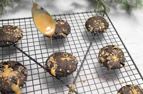 Salted Chocolate Caramel Cookies drizzle|2CookinMamas