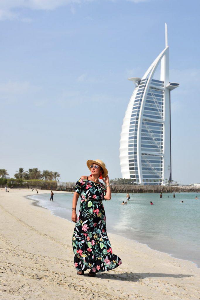 Look Dubai vestito a fiori spalle scoperte