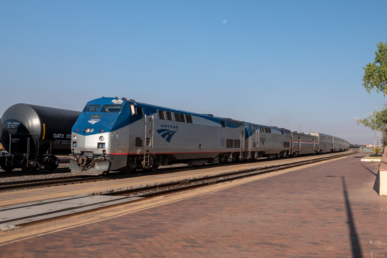 Chicago-bound Southwest Chief arriving in Winslow, Arizona