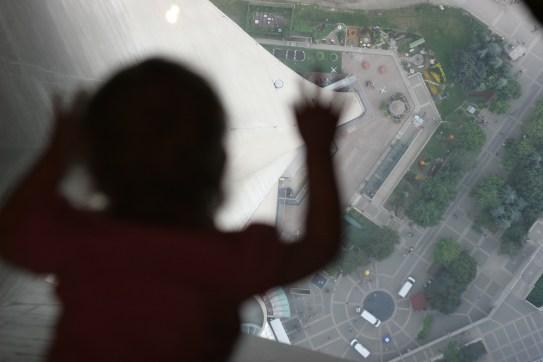 Vilja ligger på glasgolvet i CN Tower (till mammas fasa)