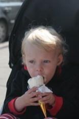 Vilja äter glass i Reykjavik