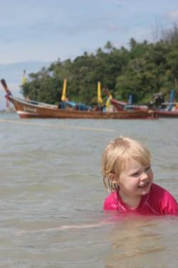 Vilja badar i vattnet vid Kata Beach