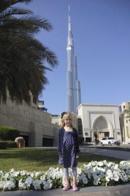 Vilja framför Burj Khalifa