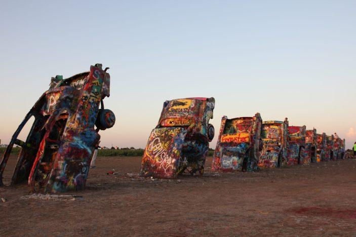 Cadillac Ranch utanför Amarillo, 10 halvt nedgrävda Cadillacs, numera halvt sönderplockade, sönderrostade och överklottrade