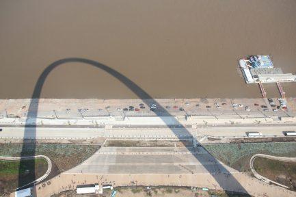 Utsikt från 192 meters höjd mot Mississippifloden som rinner genom St Louis