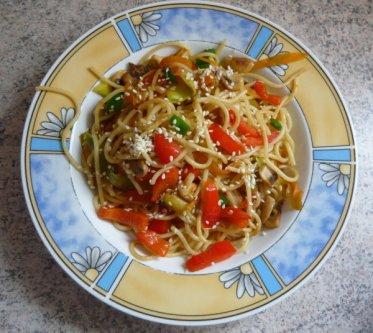 Mit Jessi vonBe veggie - going veganwurde es vegan, denn sie servierte uns Gebratene Nudeln mit Gemüse.