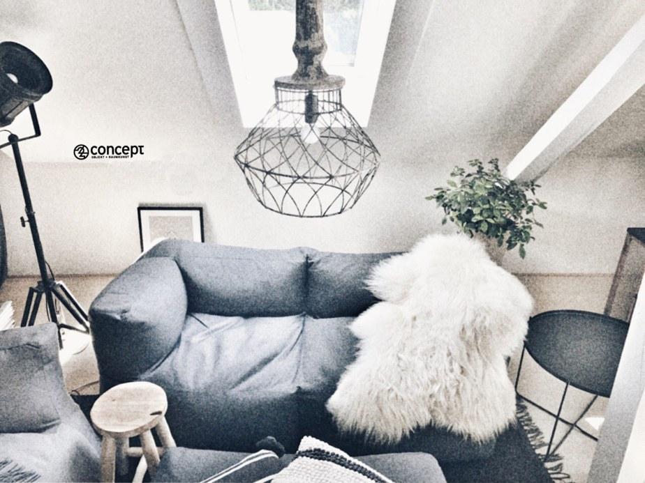 weicher scandi Sessel mit unikaten Möbelstücken und Wohndeko