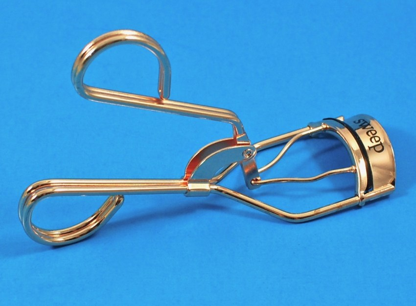 Sweep lash curler