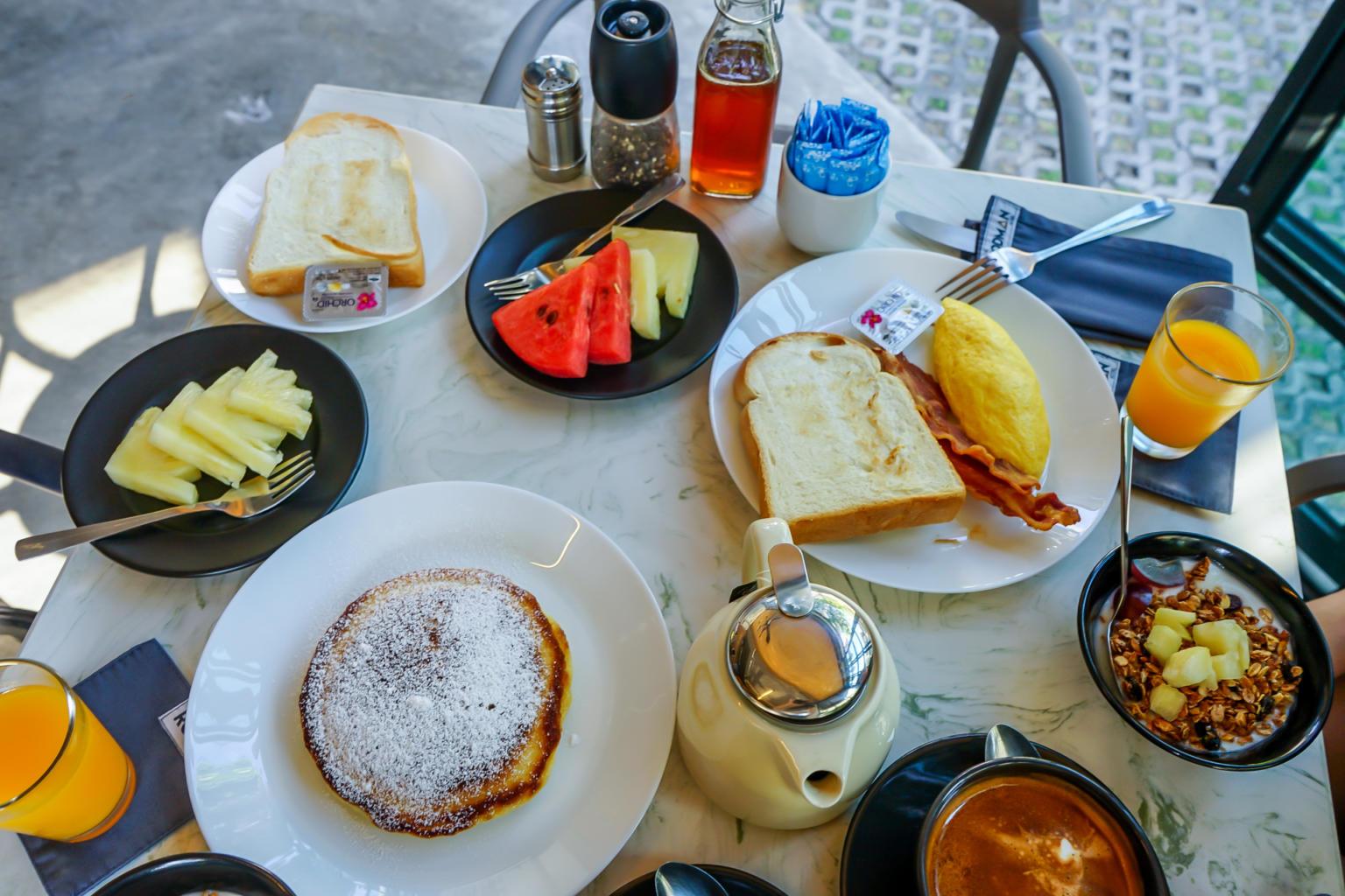 羅德曼酒店的早餐雖然不是Buffet形式,但份量絕對不會少,品項豐富又精緻,真的如網路上的評價一樣,表現優異!上圖是我們兩人份的餐點,擺滿滿一整桌,有果汁、咖啡、茶、鬆餅、水果、優格...超級豐盛。