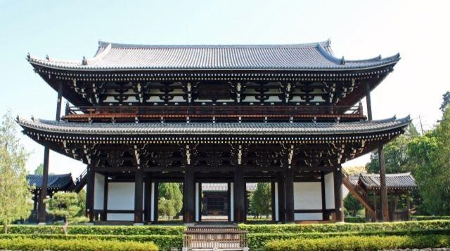This image has an empty alt attribute; its file name is tofuku-ji-sanmon-gate.jpg