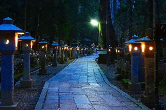 okuno-in night