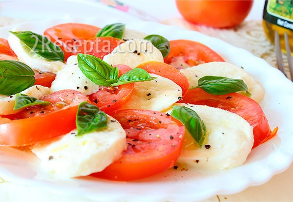 Салат «Капрезе» с сыром моцареллой и помидорами ...