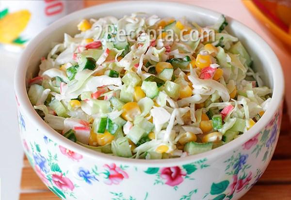 Салат с капустой, крабовыми палочками и кукурузой ...