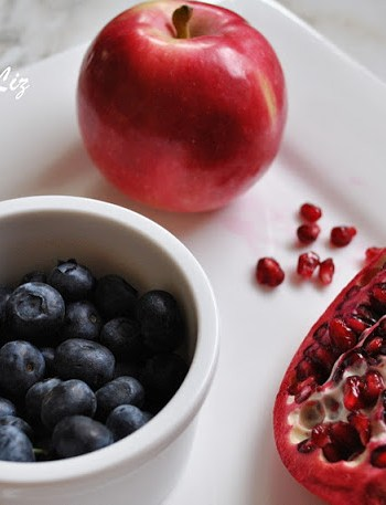 Detox Drink with Apple, Blueberry and Pomegranate by 2sistersrecipes.com