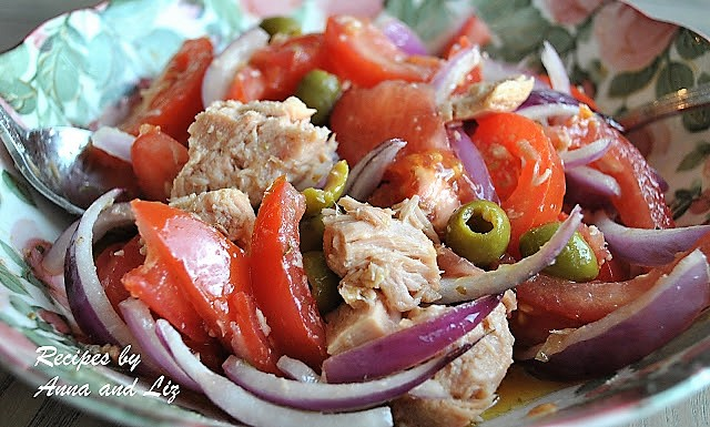 Refreshing Tomato Salad with Tuna, Olives, and Red Onions