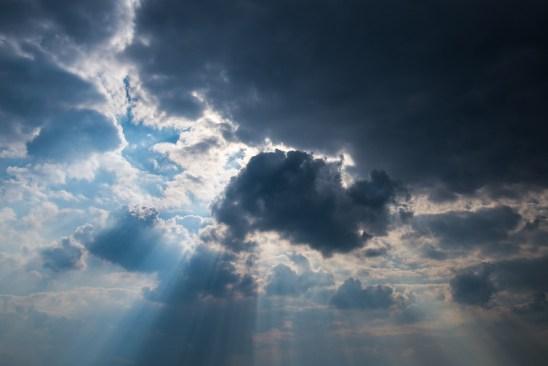sky-clouds-rays_Skitterphoto