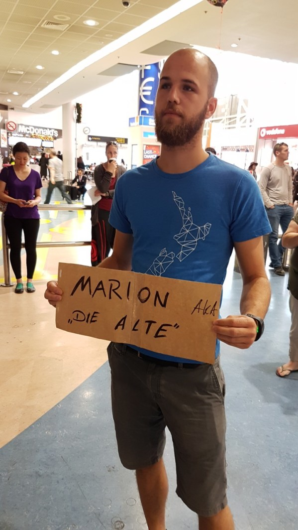 Warten am Flughafen, mit diesem netten Schild : )